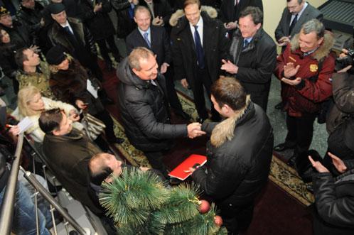 Рогозин подарил свои наручные часы нестыковка