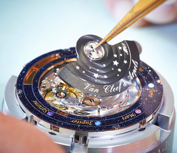 задняя сторона часов Van Cleef and Arpels Midnight Planétarium Poetic Complication