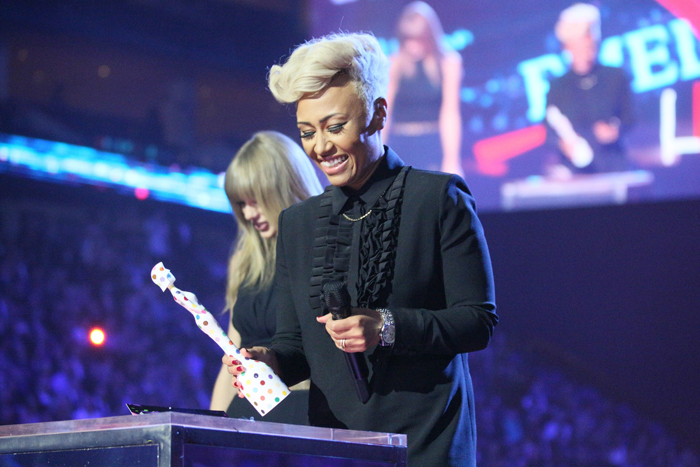 Эмели Санде получает приз на BRIT Awards 2013